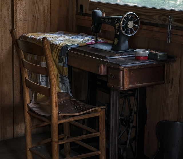 https://pixabay.com/en/colonial-sewing-old-antique-1327152/