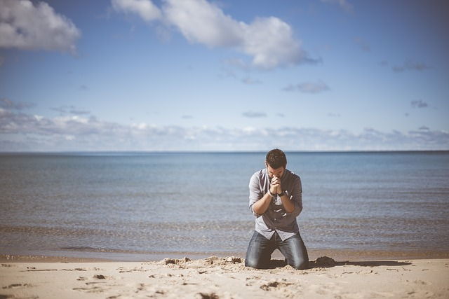 https://pixabay.com/en/beach-idyllic-man-ocean-peaceful-1867017/