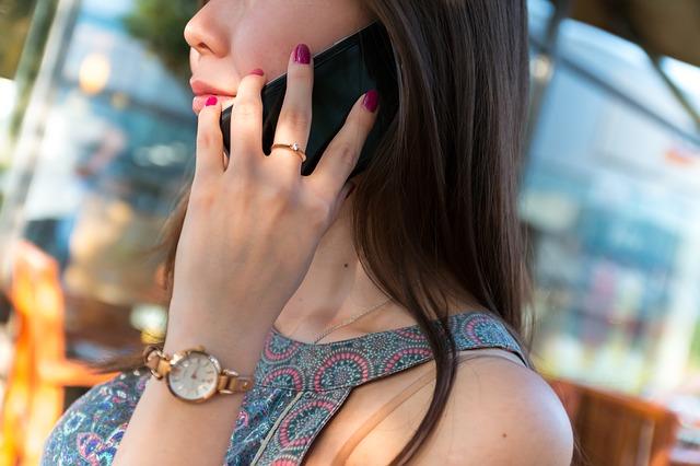 https://pixabay.com/en/smartphone-girl-hand-samsung-1805316/